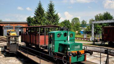 Muzeum Kolejnictwa w Jaworzynie Śląskiej przejazdy po trasie parowej